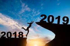 Silhueta de uma mulher de salto no monte 2019 anos quando celebridade imagem de stock royalty free