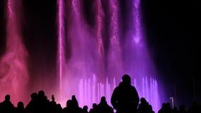 Silhueta de uma multidão na perspectiva da água colorida filme