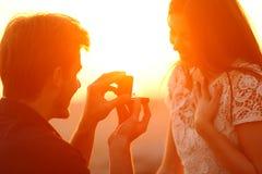 Silhueta de uma proposta de união no por do sol fotos de stock royalty free