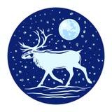 Silhueta de uma rena com os chifres na perspectiva do céu noturno e da lua Fotografia de Stock Royalty Free