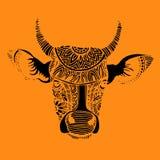Silhueta de uma vaca com testes padrões e os ornamento étnicos, ornamento ilustração royalty free