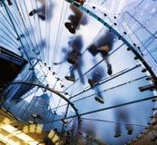 Silhueta de vidro moderna da escadaria de povos de passeio Fotos de Stock