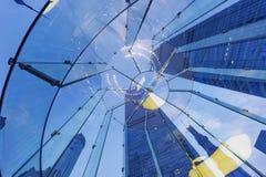 Silhueta de vidro moderna da escadaria de povos de passeio Foto de Stock