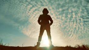 Silhueta desconhecida épico do homem no bandido do por do sol o criminoso no conceito da luz solar da capa com do homem conceito  video estoque