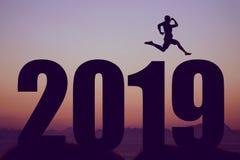 Silhueta do ano novo 2019 com o homem de salto como o símbolo para mudanças fotografia de stock