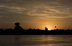 Silhueta do banco de rio no por do sol do crepúsculo Imagem de Stock