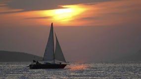 Silhueta do barco de navigação Imagens de Stock
