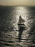 Silhueta do barco de vela Fotos de Stock Royalty Free