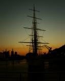 Silhueta do barco de vela nas docas Fotografia de Stock Royalty Free