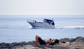 Silhueta do barco e dos womans Foto de Stock