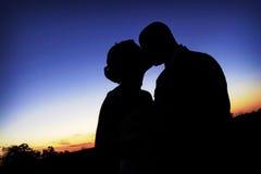 A silhueta do beijo imagem de stock