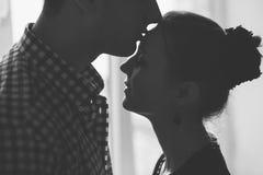 Silhueta do beijo da mulher e do homem Imagens de Stock