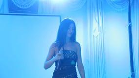Silhueta do cantor que está na fase no microfone no clube noturno filme