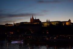 Silhueta do castelo de Praga na noite imagens de stock royalty free