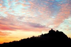 Silhueta do castelo histórico no monte - hora de Kuneticka Fotografia de Stock Royalty Free