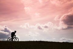 A silhueta do cavaleiro da bicicleta de montanha Fotos de Stock