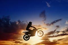 Silhueta do cavaleiro de Motorcircle Fotografia de Stock Royalty Free