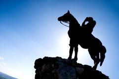 Silhueta do cavaleiro do cavalo Imagens de Stock