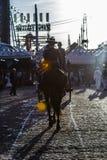Silhueta do cavaleiro do cavalo no por do sol ` S April Fair de Sevilha imagens de stock