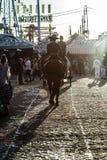 Silhueta do cavaleiro do cavalo no por do sol ` S April Fair de Sevilha imagem de stock