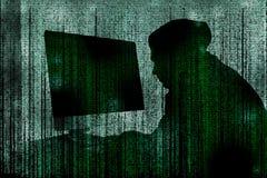 Silhueta do computador de corte criminoso do cyber atrás dos símbolos digitais fotografia de stock royalty free