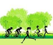 Silhueta do corredor de maratona e da raça do ciclista Fotografia de Stock Royalty Free