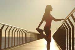 Silhueta do corredor que faz esticando o exercício Fotografia de Stock Royalty Free
