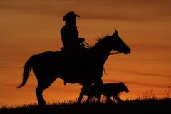 Silhueta do cowboy e do cão fotografia de stock royalty free