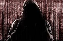 Silhueta do criminoso do cyber contra o fundo com símbolos digitais imagens de stock