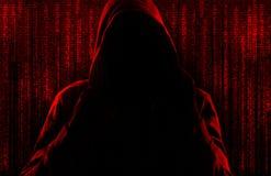Silhueta do criminoso do cyber contra o fundo com símbolos digitais fotos de stock royalty free
