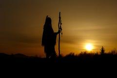 Silhueta do curandeiro do nativo americano com a haste de pique no backgroun fotografia de stock royalty free