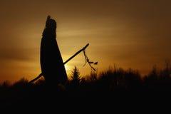 Silhueta do curandeiro do nativo americano com a haste de pique no backgroun imagens de stock royalty free