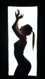 Silhueta do dançarino artístico no quadro Fotografia de Stock