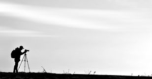 Silhueta do fotógrafo do película da montanha Foto de Stock