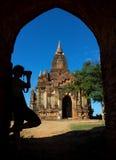 Silhueta do fotógrafo no arco na entrada ao pagode Imagem de Stock Royalty Free