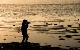 Silhueta do fotógrafo no crepúsculo Foto de Stock