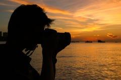 Silhueta do fotógrafo no por do sol na praia imagens de stock royalty free
