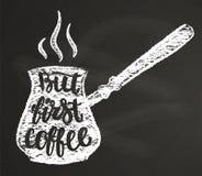 Silhueta do giz do potenciômetro do café com rotulação mas primeiro café no quadro-negro Fotos de Stock Royalty Free