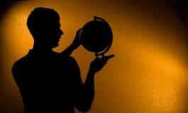 Silhueta do globo da terra arrendada do homem Fotos de Stock Royalty Free