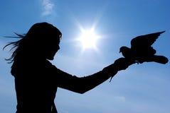 Silhueta do gril e do pássaro Foto de Stock Royalty Free