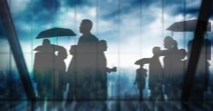 Silhueta do grupo de pessoas com os guarda-chuvas sobre a transição das janelas Fotografia de Stock Royalty Free