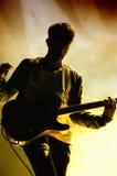Silhueta do guitarrista dos nós somos cientistas (faixa) executamos no festival do dia da música de Jack Daniel Fotos de Stock