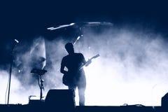 Silhueta do guitarrista na fase imagens de stock royalty free