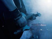Silhueta do guitarrista na fase Fotos de Stock Royalty Free