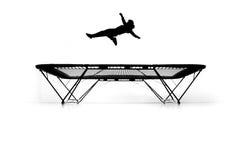 Silhueta do gymnast no trampoline imagens de stock