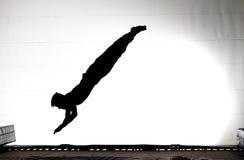 Silhueta do gymnast no trampoline fotos de stock royalty free