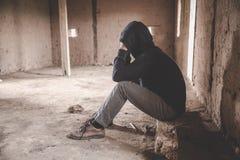 A silhueta do homem for?ado e deprimido do trabalho sob a press?o e o hopefulness, express?o triste, emo??o triste, desespero, imagens de stock