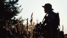 Silhueta do homem com rifle de atirador furtivo jogo do airsoft vídeos de arquivo