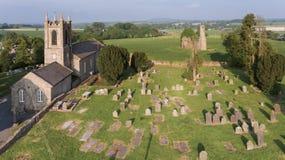Silhueta do homem de negócio Cowering Abadia e catedral do ` s de St Mary ferns co Wexford ireland fotografia de stock royalty free