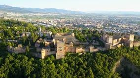 Silhueta do homem de negócio Cowering Alhambra Palace em uma noite ensolarada bonita Granada, spain filme